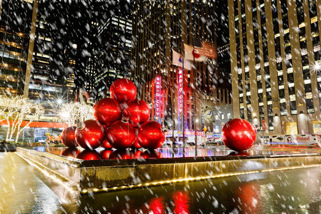 Hàng triệu ánh đèn Giáng Sinh vẫn lung linh diệu kỳ thắp sáng New York mùa Covid-19