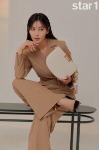 Kim So Yeon - ác nữ xinh đẹp Penthouse 2 khoe sắc vóc hoàn hảo ở tuổi 41 và nói về vai diễn Cameo của chồng Lee Sang Woo