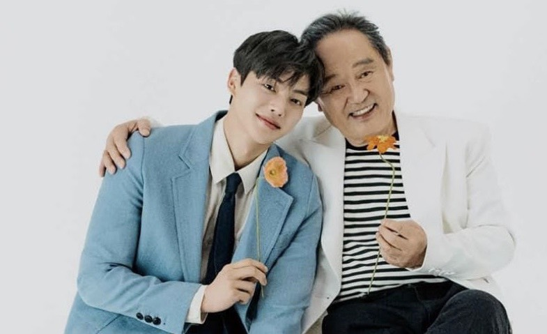 Mỹ nam truyện tranh Song Kang cùng nam diễn viên gạo cội Park In Hwan nhí nhảnh trên tạp chí