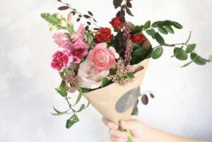 Mini bouquet phong cách gói hoa tặng đồng nghiệp nữ ngày 08/03 mà các chàng nên tham khảo ngay