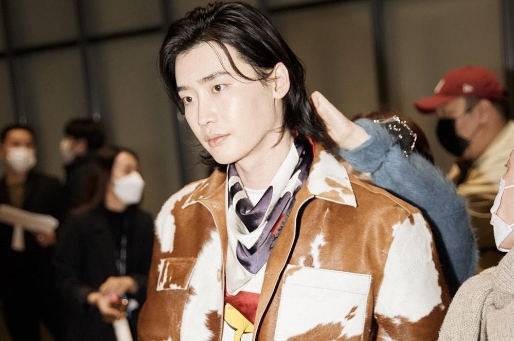 Lee Jong Suk điển trai làm người mẫu trình diễn tại Tuần lễ Thời trang Seoul 2021
