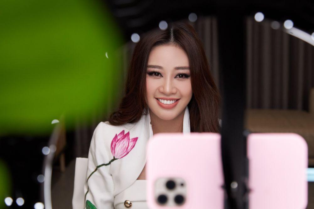 Vì sao Hoa hậu Khánh Vân mặc vest trắng trong buổi phỏng vấn online với tổ chức Miss Universe?