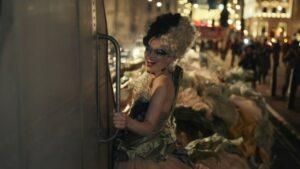 Giải mã sức hút bom tấn Cruella qua phục trang ấn tượng đến dị biệt