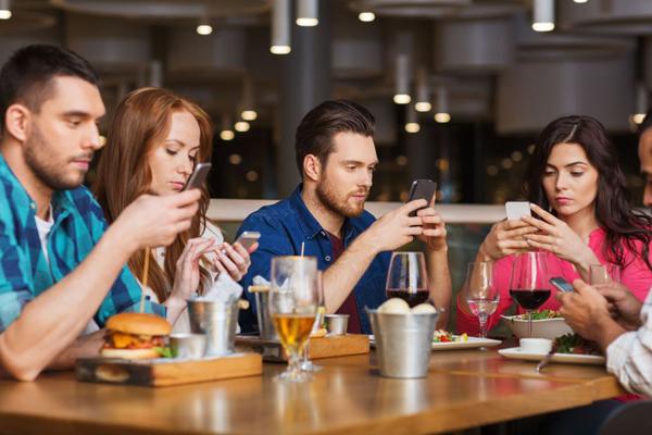 Nomophobia - căn bệnh nghiện điện thoại và tác hại nghiêm trọng đến sức khỏe của chiếc smartphone