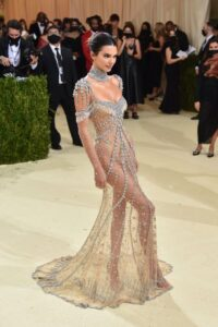Thảm đỏ Met Gala 2021: Kendall Jenner diện đầm xuyên thấu đọ dáng cùng Rosé (BlackPink)